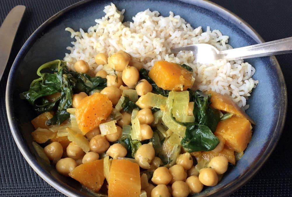 Curry de butternut aux pois chiches, épinards et lait de coco